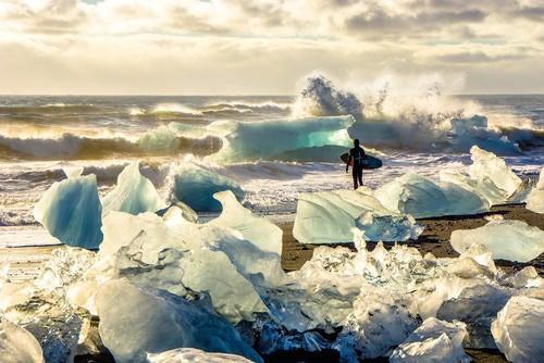 La joie de surfer dans l'eau glacée
